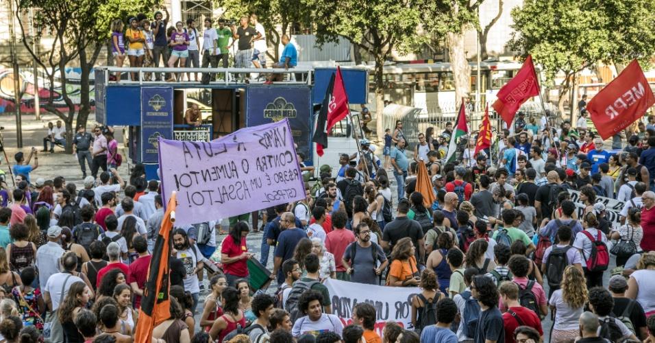 8.jan.2016 - Manifestantes se concentram na região da Cinelândia, no centro do Rio de Janeiro, para protestar contra o aumento da tarifa de ônibus municipal no Rio, que passou de R$ 3,40 para R$ 3,80 no último dia 2