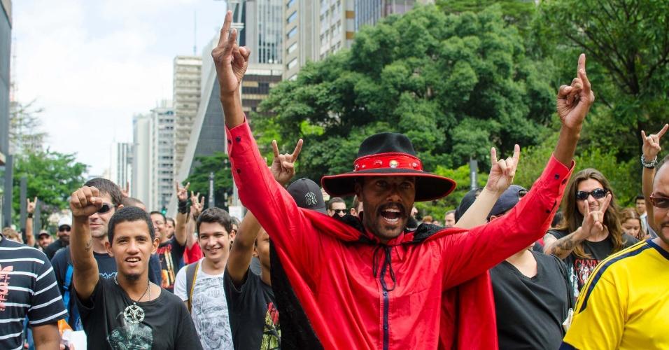 """17.jan.2016 - Homem fantasiado de diabo é seguido por manifestantes durante """"Marcha para Satanás"""", na avenida Paulista, em São Paulo"""
