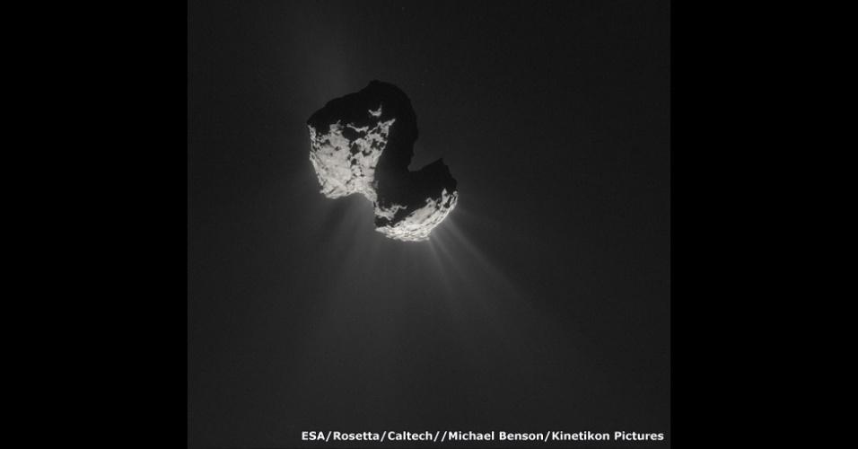 Há centenas de cometas viajando por nosso sistema em órbitas alongadas ao redor do Sol. Na imagem, o cometa 67P/Churyumov-Gerasimenko, que foi descoberto em 1969