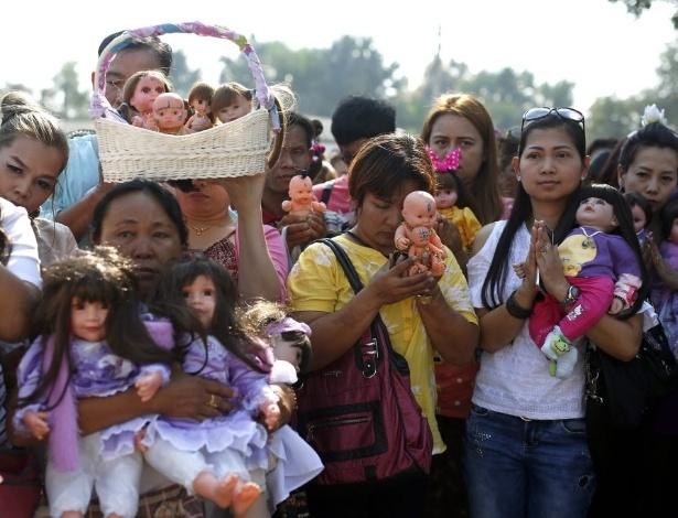 31.jan.2016 - Tailandeses participam de ritual místico pelas Bonecas Crianças Angelicais, em Nakhon Pathom. Os devotos acreditam que espíritos de crianças habitam o corpo das bonecas e que os objetos trazem boa sorte