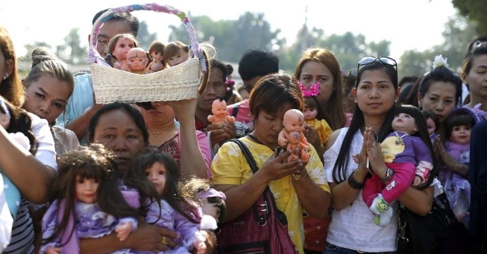31.jan.2016 - Tailandeses marcam presença em ritual místico pelas Bonecas Crianças Angelicais, na província de Nakhon Pathom, neste domingo (31). Os devotos acreditam que espíritos de crianças habitam o corpo das bonecas. Monges cobram até US$ 556 para realizar cerimônias para as bonecas. Acredita-se que elas trazem boa sorte