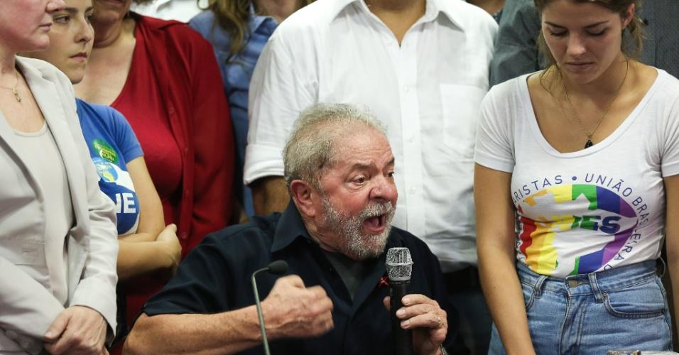 4.mar.2016 - O ex-presidente Luiz Inácio Lula da Silva fala sobre depoimento para Polícia Federal, na sede do PT (Partido dos Trabalhadores), em São Paulo