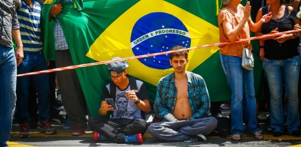 Os estudantes Matheus Marques, 22, e Luiz Henrique Ardezoni, 24, durante protesto contra Dilma Rousseff e Luiz Inácio Lula da Silva na avenida Paulista