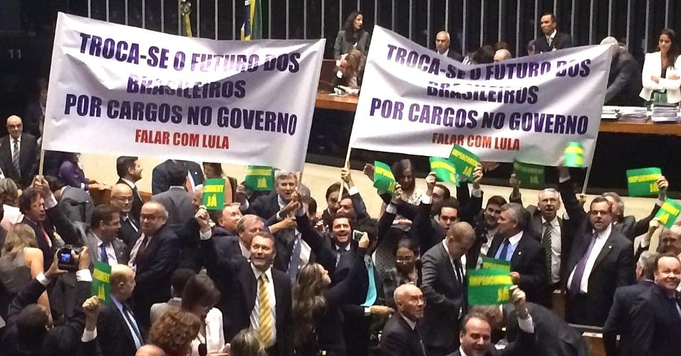 """5.abr.2016 - Deputados federais protestam em plenário com faixa dizendo: """"Troca-se o futuro dos brasileiros por cargos no governo. Falar com Lula"""""""