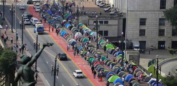 Cerca de 500 manifestantes montaram 200 barracas por toda a calçada do viaduto