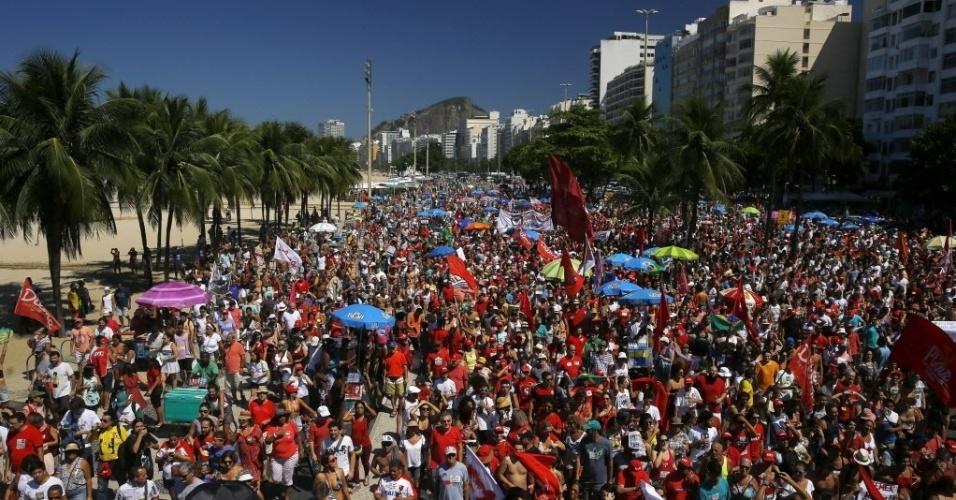 17.abr.2016 - Manifestantes contrários ao impeachment da presidente Dilma Rousseff fazem passeata na zona sul do Rio de Janeiro