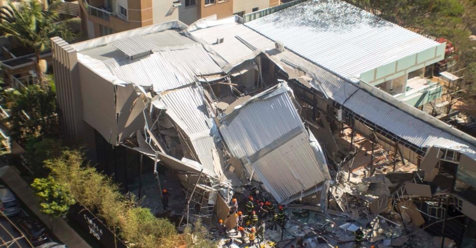 22.abr.2016 - Prédio em construção desaba no Itaim Bibi, bairro da zona oeste de São Paulo (SP). Segundo o Corpo de Bombeiros, seis pessoas foram atingidas e uma morreu