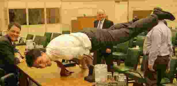 Prêmie do Canadá, Justin Trudeau, faz posição de ioga  - Reprodução/Twitter @justintrudeau - Reprodução/Twitter @justintrudeau