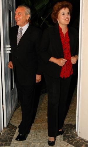 4.mai.2010 - A pré-candidata à presidência da República pelo PT, Dilma Rousseff, e o presidente do PMDB, o deputado federal Michel Temer, após jantar na casa de Dilma, no Lago Sul, em Brasília