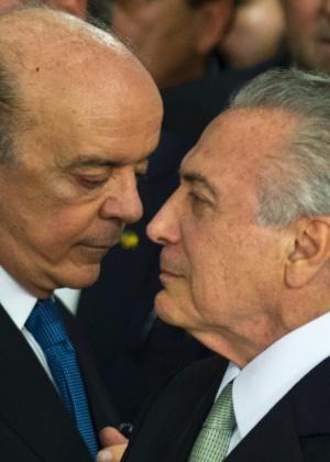 O presidente interino Michel Temer (dir.) com o novo ministro das Relações Exteriores, José Serra