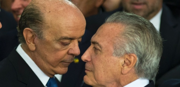 O ministro José Serra conversa com o presidente interino Michel Temer