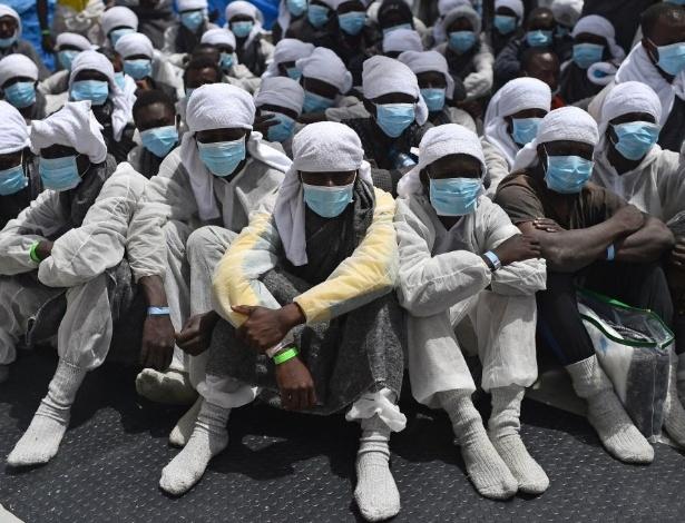 """26.mai.2016 - Refugiados esperam a bordo do navio de resgate """"Aquarius"""" no porto de Cagliari, Itália, dois dias depois de serem resgatados perto da costa da Líbia"""