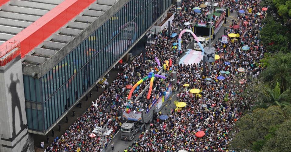 29.mai.2016 - Multidão concentra-se na região do MASP (Museu de Arte de São Paulo) para participar da 20ª Parada do Orgulho LGBT, na avenida Paulista, em São Paulo. Os organizadores dizem que 17 trios-elétricos serão usados no evento