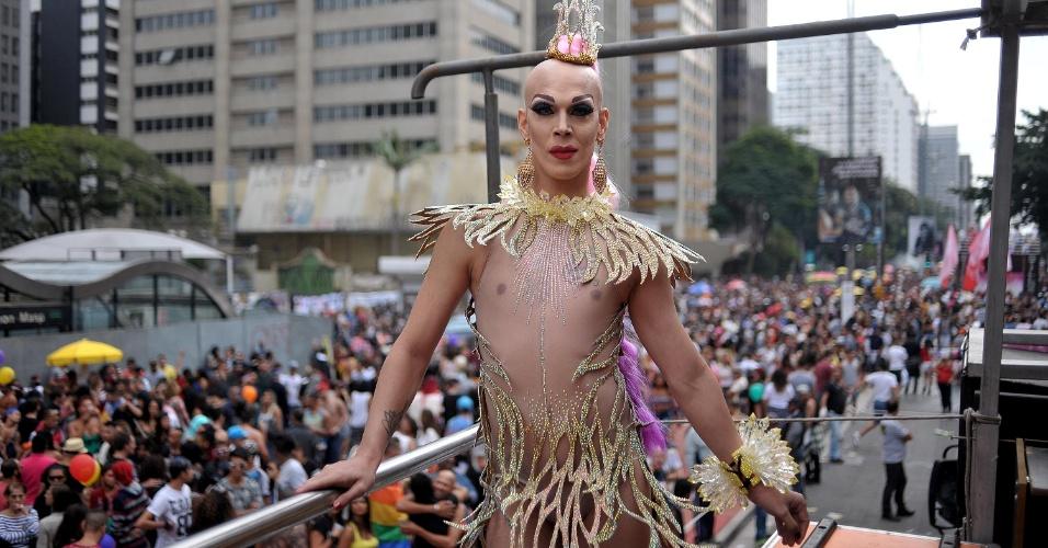 29.mai.2016 - Participante da 20ª edição da Parada do Orgulho LGBT de São Paulo desfila em trio elétrico. Neste ano, a edição da Parada tem como principal bandeira a aprovação da Lei de Identidade de Gênero para travestis e transexuais