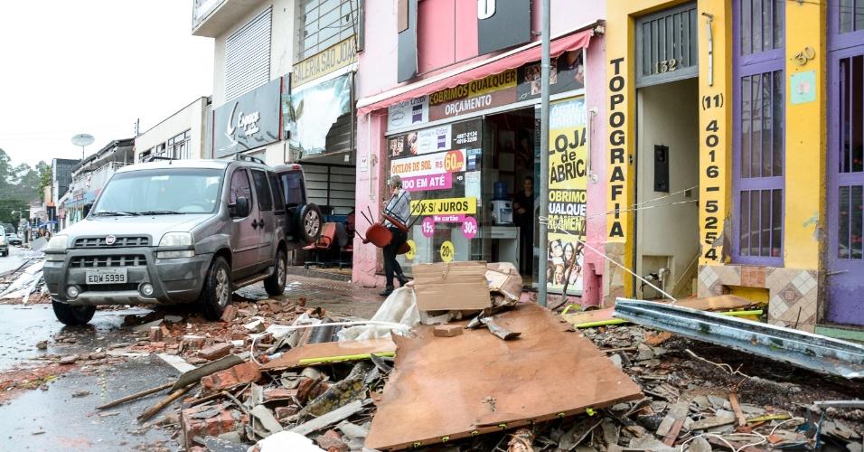 7.jun.2016 - Moradores de Jarinu (SP), continuam a limpeza da área destruída após o forte temporal do último domingo (5). A cobertura de um posto de combustíveis desabou e um caminhão virou com a força do vento