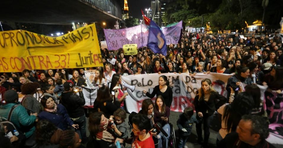 8.jun.2016 - Mulheres tomam sentido Consolação da avenida Paulista em protesto contra a cultura do estupro. O ato é em apoio a jovem de 16 anos que foi estuprada no mês passado no Morro do Barão, comunidade do Rio de Janeiro. Segundo o Ministério da Saúde, em 2015, uma média de 49 mulheres foram atendidas por dia na rede pública e privada de saúde após serem vítimas de estupro. Destas, a maioria era criança ou adolescente