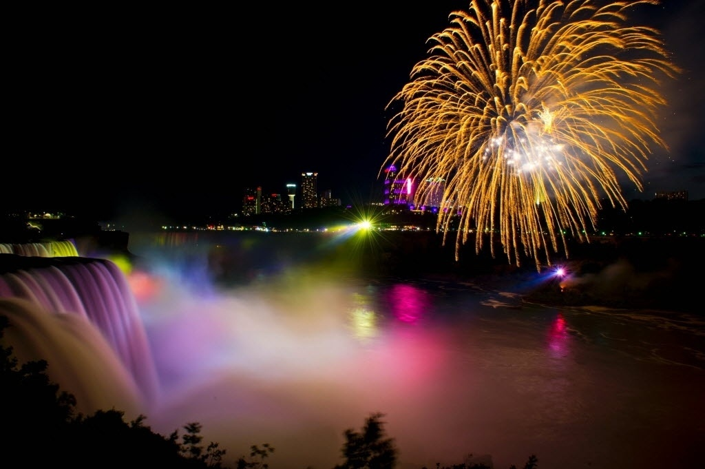 4.jul.2016 - Fogos de artifício iluminam as Cataratas do Niágara para celebrar o dia da independência dos Estados Unidos