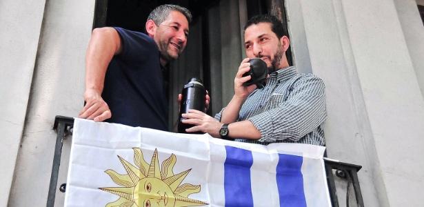 11.dez.2014 - O ex-preso de Guantánamo, Jihad Diyab (dir.), toma mate com um sindicalista uruguaio, em Montevidéu