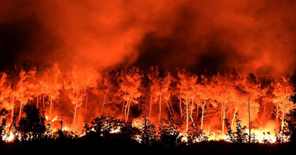 11.ago.2016 - Grande incêndio atinge região florestal em Les Pennes-Mirabeau, localizada a cerca de 20 km ao norte de Marselha, no sul da França. Cerca de 1.500 bombeiros foram mobilizados para conter as chamas na região, que já levaram 1.000 moradores a deixar suas residências. O fogo já destruiu aproximadamente 600 hectares, de acordo com as autoridades locais. Quatro bombeiros tiveram queimaduras graves durante o combate ao incêndio e precisaram ser hospitalizados