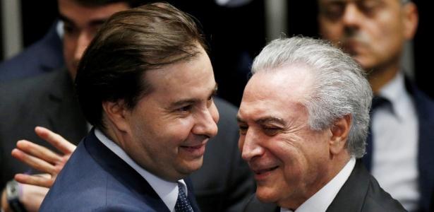 Temer (d) tem contado com o apoio direto do presidente da Câmara, Rodrigo Maia