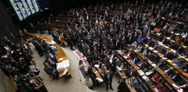 12.set.2016 - Deputados federais lotam o plenário da Câmara durante sessão de votação da cassação do deputado afastado Eduardo Cunha (PMDB-RJ)