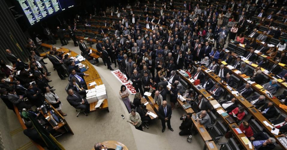 12.set.2016 - Deputados federais lotam o plenário da Câmara durante sessão de votação da cassação do deputado afastado Eduardo Cunha (PMDB-RJ). Às 21h50, havia 443 deputados presentes no plenário. É preciso o voto de 257 para determinar a perda de mandato