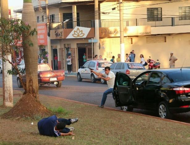 O funcionário público Gilberto Ferreira do Amaral atira contra a carreata em que estava o vice-governador de Goiás, José Elton, e o candidato a prefeito de Itumbiara José Gomes