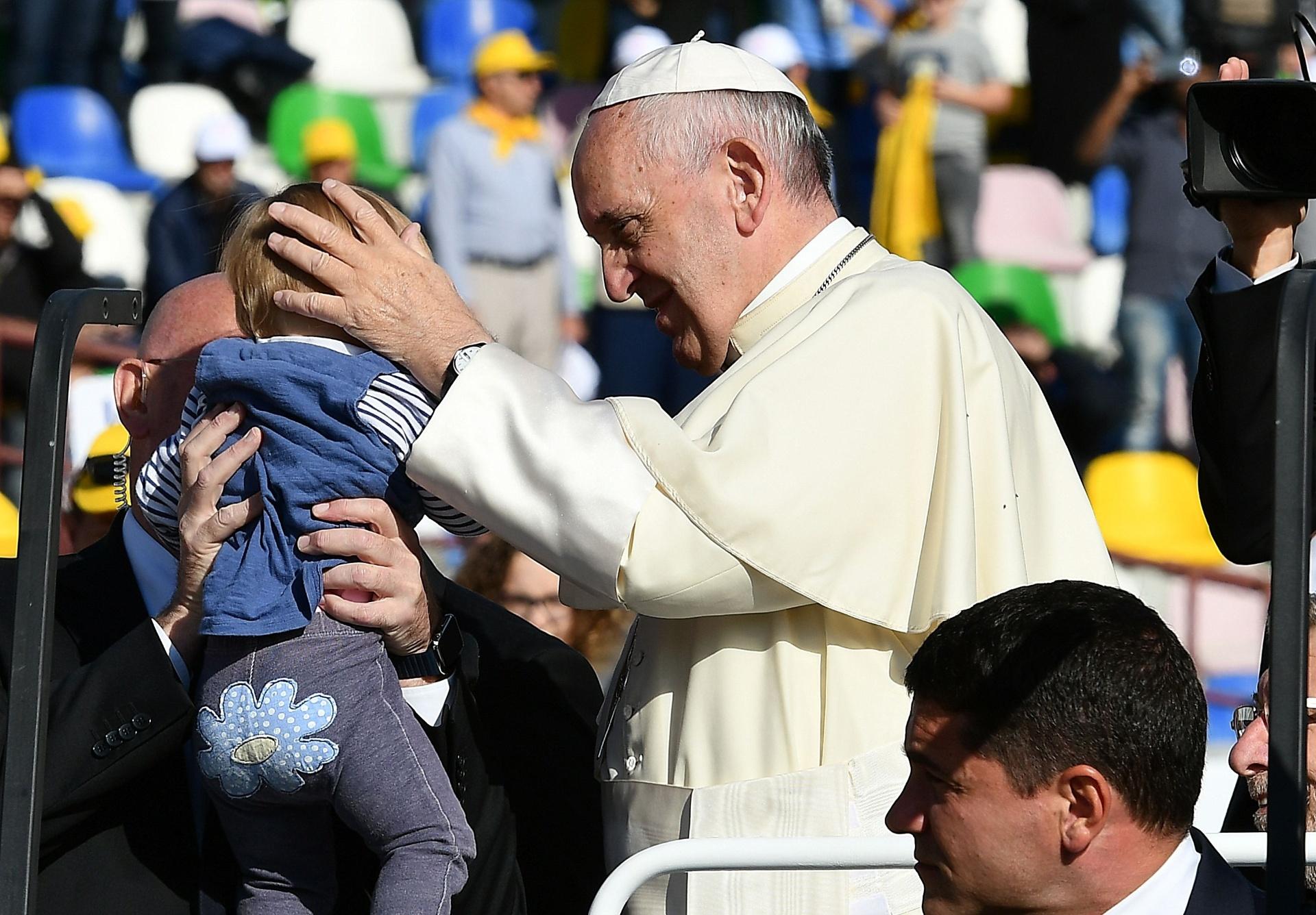1º.out.2016 - Papa Francisco encontra fiéis da comunidade católica da Geórgia em um estádio de Tbilisi neste sábado (1º), segundo dia de sua visita ao Cáucaso