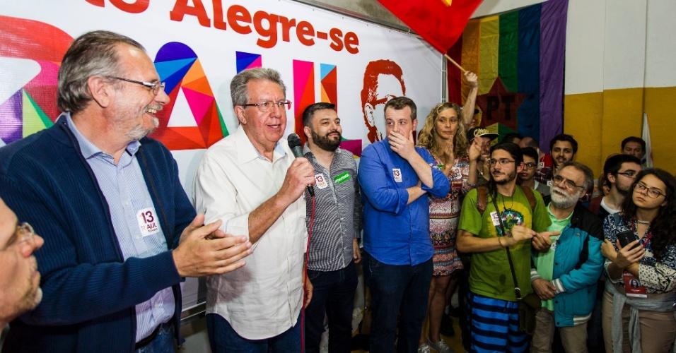 2.out.2016 - Raul Pont (PT) discursa após o resultado do primeiro turno da eleição para prefeito de Porto Alegre. Com 100% das urnas apuradas, o petista terminou na terceira colocação, com 16,37% dos votos válidos