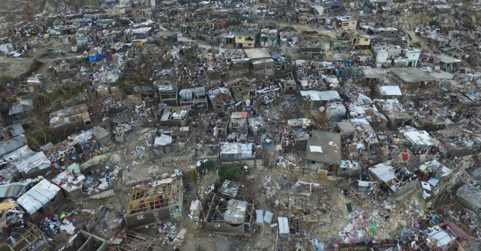 8.out.2016 - O cenário é de devastação total em Jeremie, no Haiti, três dias após a passagem do furacão Matthew. Centenas morreram, e país vive a sua pior crise humanitária em seis anos