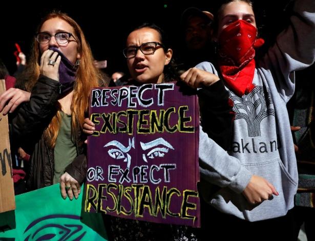 Grupo de mulheres manifestantes na cidade de Oakland, Califórnia, em ato contra Trump