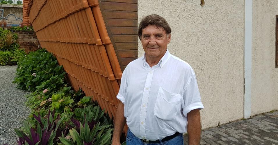15.dez.2016 - O aposentado Eduardo José Lima, 73, idealizador da casa invertida, localizada na cidade de Ribeirão das Neves, na região metropolitana de Belo Horizonte. Segundo ele, a intuição foi preponderante durante a construção do complexo