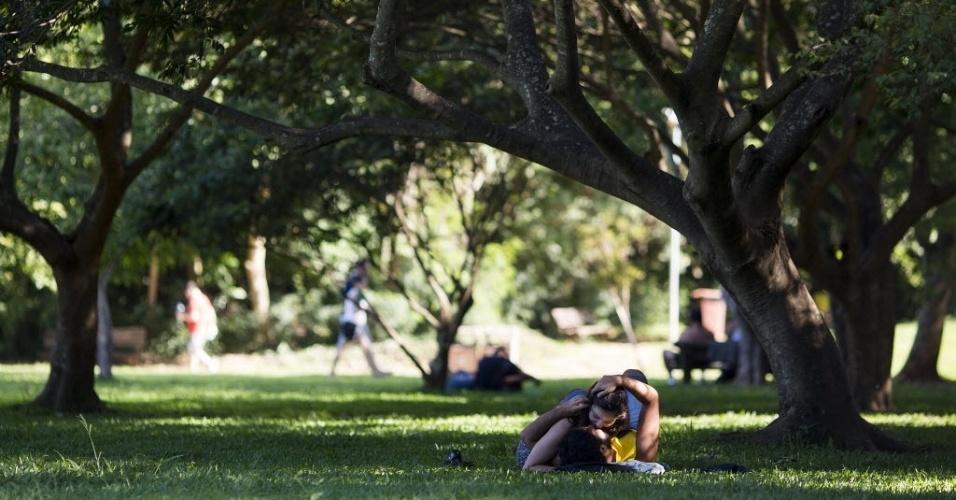 27.dez.2016 - Passar mais tempo ao ar livre e na sombra pode ser um jeito de amenizar os dias abafados. E se a companhia ainda for boa, o calor nem atrapalha...