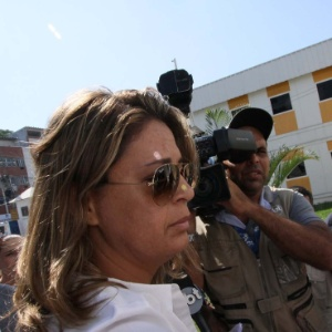 A brasileira Françoise Amiridis, mulher do embaixador, chegou à Delegacia de Homicídios da Baixada na manhã desta sexta