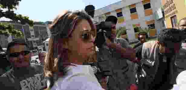 Françoise Amiridis, mulher do diplomata grego que sumiu no Rio, chega à delegacia em Belford Roxo (RJ) - José Lucena/Futura Press/Estadão Conteúdo - José Lucena/Futura Press/Estadão Conteúdo