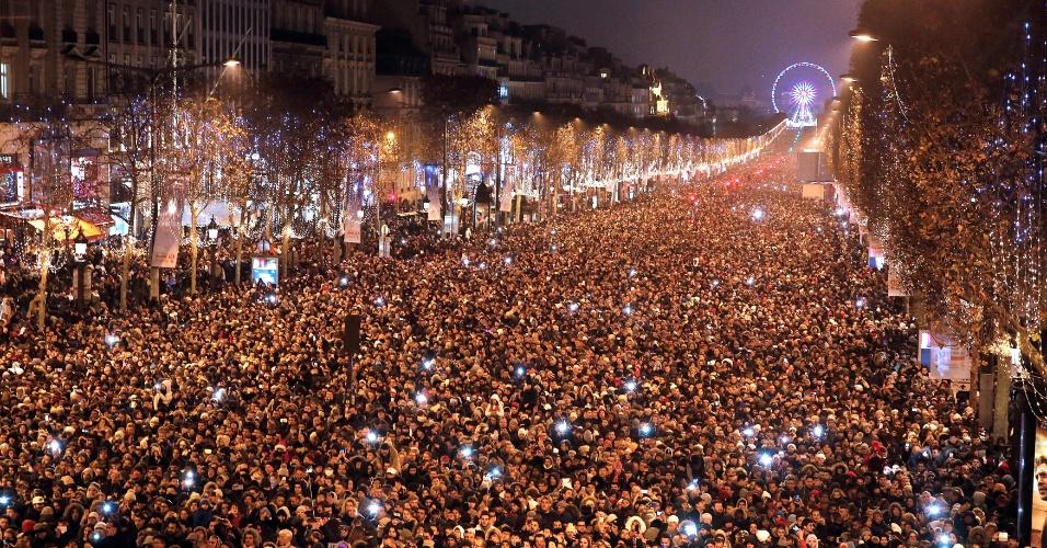 1.jan.2017 - Pessoas se aglomeram na avenida Champs Elysees, em Paris, para as comemorações da chegada do Ano Novo