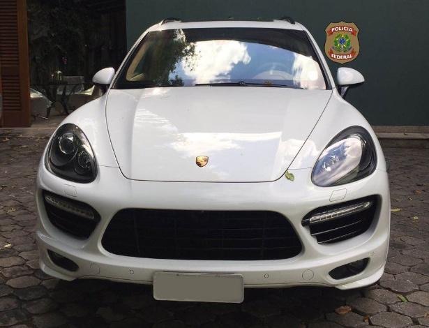 26.jan.2017 - Porsche Cayenne do empresário Eike Batista é apreendido pela Polícia Federal do Rio de Janeiro