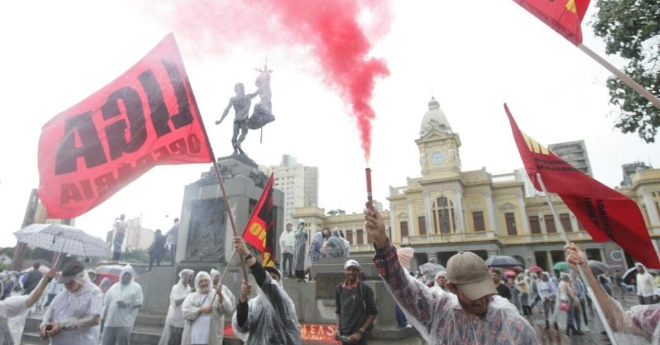 28.abr.2017 - Manifestantes se concentram na praça da Estação, no centro de Belo Horizonte (MG), na manhã desta sexta, dia de greve geral e paralisações em todo o Brasil