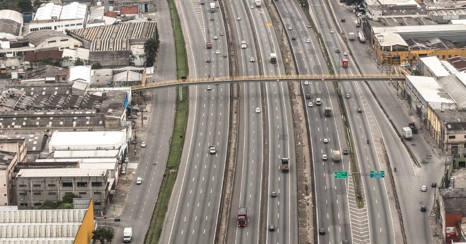 28.abr.2017 - Vista da entrada da cidade de São Paulo pela rodovia Presidente Dutra nesta sexta-feira, dia de greve geral e paralisações em todo o Brasil