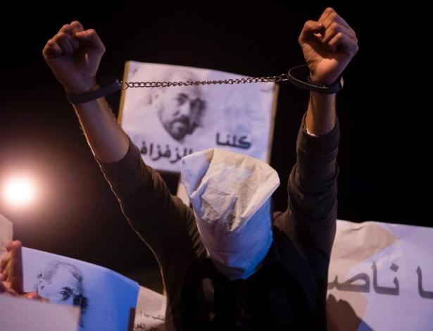 Homem protesta em Al-Hoceima pela libertação do líder Nasser Zefzafi