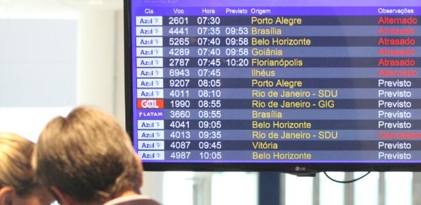 25.jul.2017 - Passageiros tiveram de esperar horas após voos terem sido cancelados