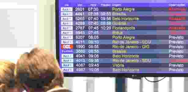25.jul.2017 - Passageiros tiveram de esperar horas após voos terem sido cancelados - Luciano Claudino/Estadão Conteúdo