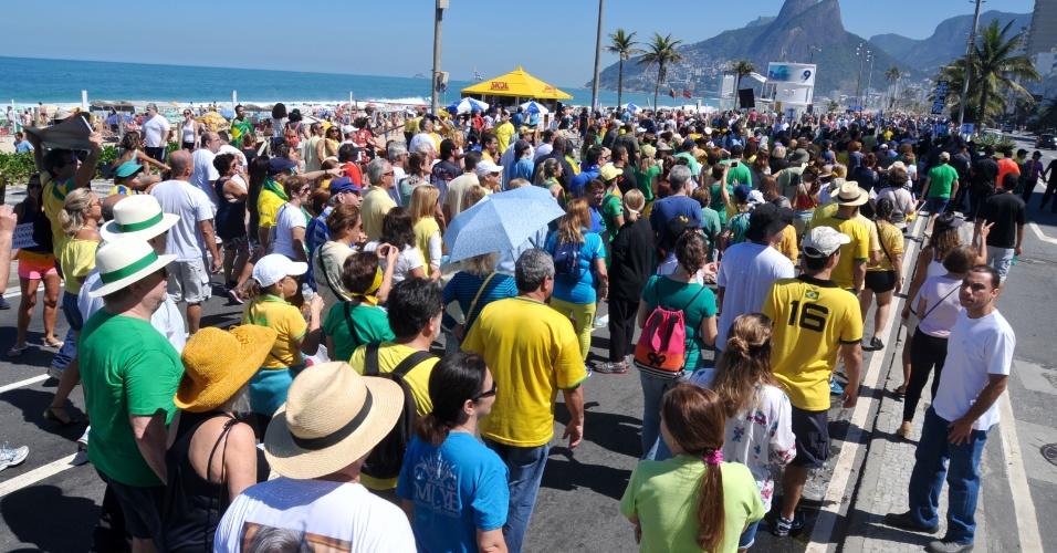 27.ago.2017 - Manifestantes se reúnem em Copacabana, zona sul do Rio de Janeiro (RJ), para protestar contra a impunidade e à favor da renovação política. O ato foi convocado pelo movimento Vem Pra Rua