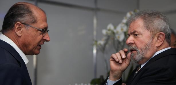 Alckmin (e) e Lula conversam durante evento de 2014