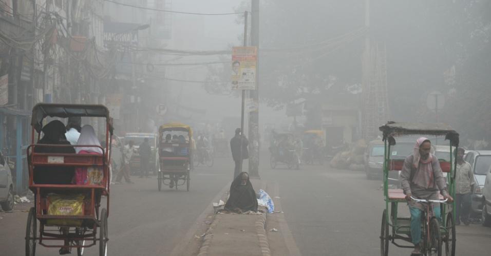 8.nov.2017 - Ruas de Nova Déli ficam cobertas por camada de ar poluído. Situações extremas como a enfrentada pela megalópole indiana provocam questionamentos sobre a sustentabilidade da maneira de viver em zonas tão populosas no momento em que a marca humana no clima está no centro da COP23, que acontece atualmente na Alemanha