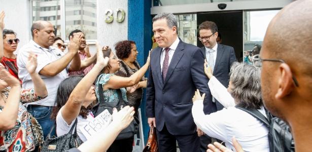 O reitor da UFMG, Jayme Arturo Ramirez, deixa a sede da PF em Belo Horizonte