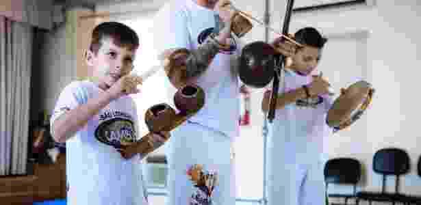O garoto Kauã toca agogô - Caio Rodrigues/UOL