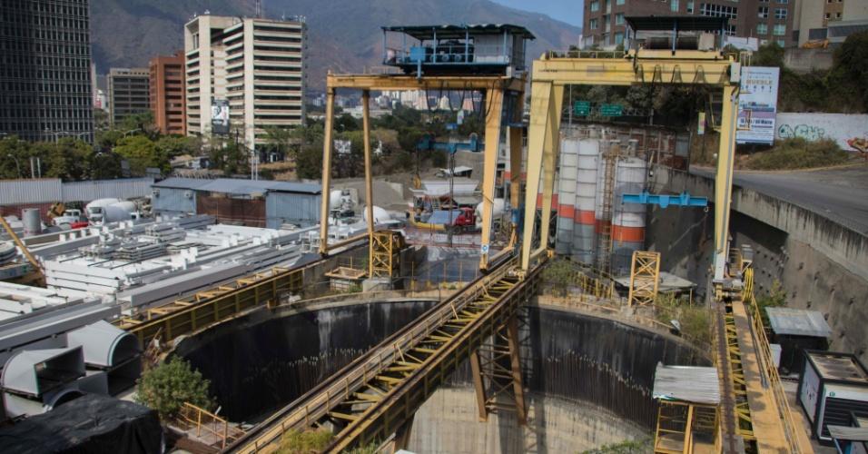 22.mar.2018 - A estação Chuao é outra da Linha 5 do metrô de Caracas, na Venezuela, que a Odebrecht ainda não entregou: obra está parada e material de construção como vigas de aço está ao relento