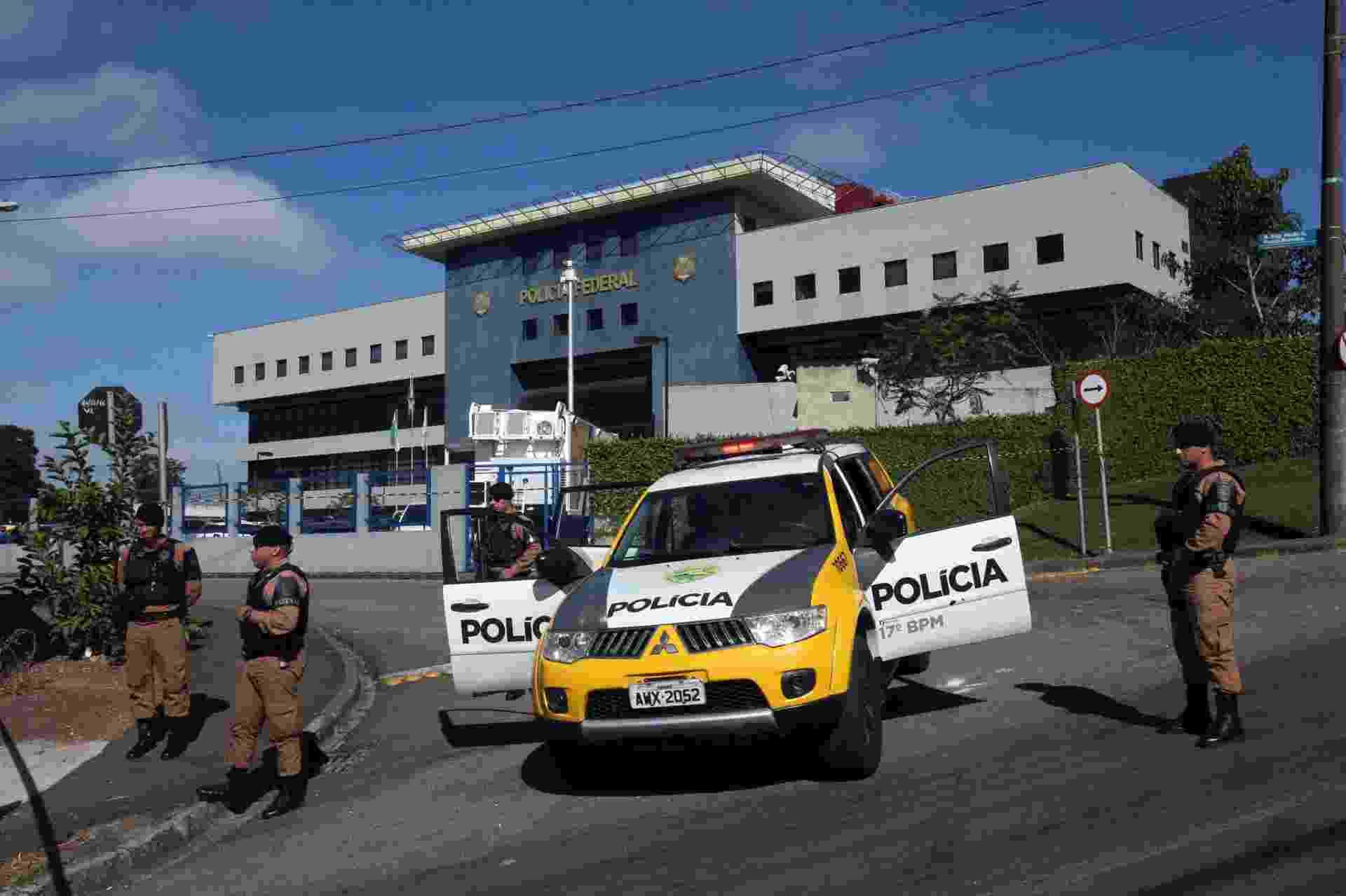 8.abr.2018 - A Polícia Militar isolou neste domingo a área da Superintendência da Polícia Federal em Curitiba, onde o ex-presidente Luiz Inácio Lula da Silva (PT) passou a primeira noite preso - J.F.Diorio/Estadão Conteúdo