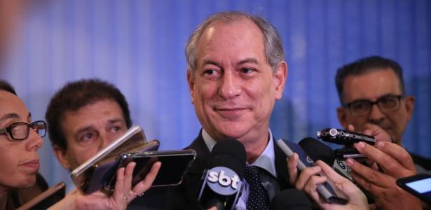 9.abr.2018 - Ciro Gomes (PDT) concede entrevista coletiva antes de encontro entre presidenciáveis em Porto Alegre